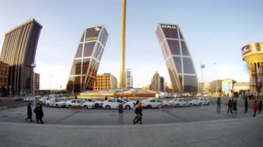 Cars of taxi stand on parking in front of Europe gate — Stock Video