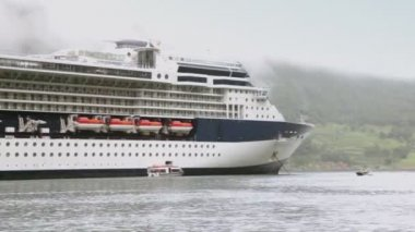 спасательные лодки плавает возле огромных пассажиры крейсер на фьорд — Стоковое видео