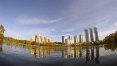 Reflexion der neubauten ist sichtbar in see — Stockvideo