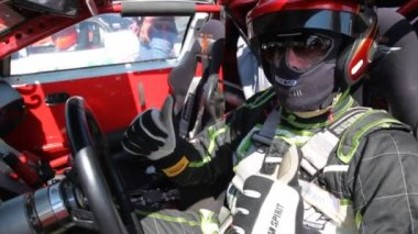 Pilot sits in car salon, on 3rd stage of championship on drift — Vídeo de stock