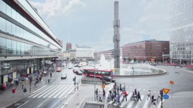 People walk by zebra at Sergels Torg with day traffic — Stock Video