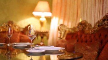 Máscara de lâmpada fica no canto perto esculpidos sofás e mesa — Vídeo stock