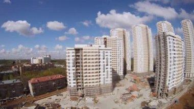 Gamla fem våningar hus står nära under konstruktion hus — Stockvideo