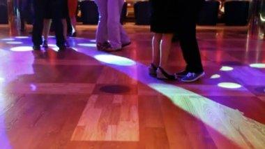 Parejas de baile de pies de cerca en la noche en la discoteca — Vídeo de stock