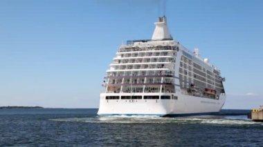 Big passenger liner departures from mooring in sea — Stock Video