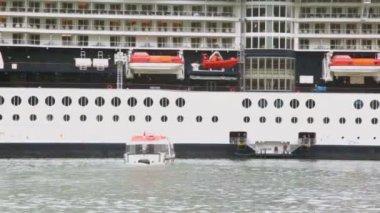 спасти лодка плывет, волнистые водной поверхности до огромных крейсер — Стоковое видео