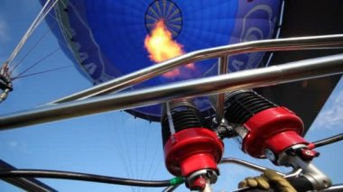 Burning torch heats up air in balloon of club of aeronautics — Stock Video