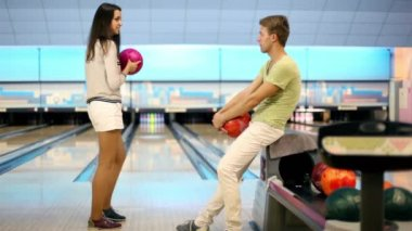 Girl throws bowling ball, boy raises hands satisfied with result — Vidéo