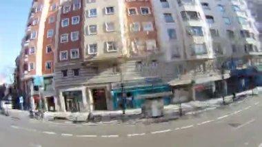 公交车走在城市街道上沿显示 windows 的店铺 — 图库视频影像