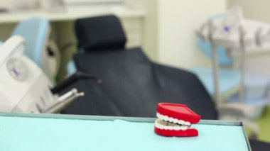 Big toy jaw knacks his teeth on table in dental surgery — Stok video