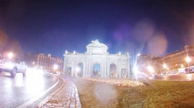 Cars quickly go on road near Puerta de Alcala, time lapse — Stock Video