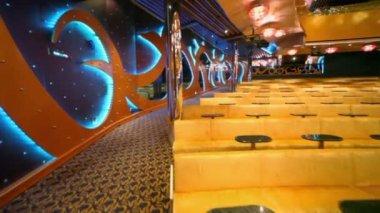 Leere theater mit reihen von gelben sofas, um bewegung — Stockvideo