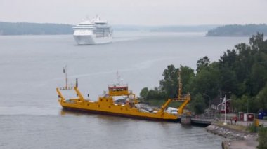 Ferry boat with cars on moorage and cruiser float far — Vídeo de Stock