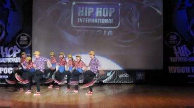 Получите вниз экипажа хип-хоп танцы на сцене Дворца культуры — Стоковое видео