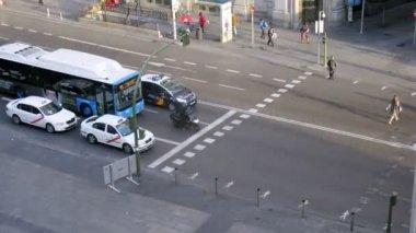 People cross street Gran Via on crosswalk in morning — Stock Video