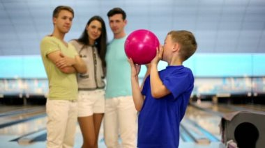 Students team watch on little boy throws bowling ball — Stock Video