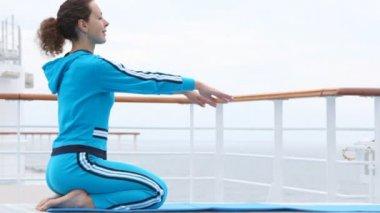 Frau hände und biegungen, sitzt auf dem schoß, auf dem schiff deck welle — Stockvideo