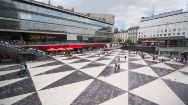 многие граждане ходить на площади сергельс торг в стокгольме — Стоковое видео