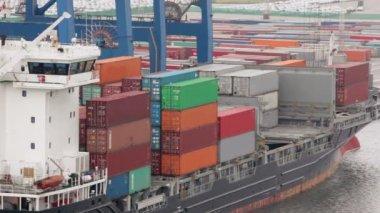 Lot de conteneurs à bord du chaland et quai du port — Vidéo