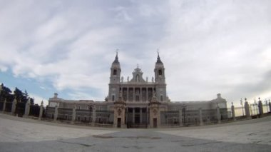 Almudena Cathedral stands in center against clouds, time lapse — Vidéo