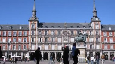 Tourists walk on Plaza Mayor in Madrid at day — Stock Video