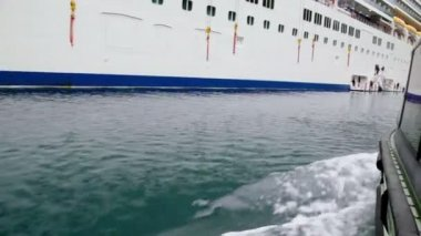 Back side of rescue boat which float to board of huge cruiser — Vídeo de Stock