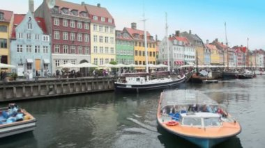 Excursion motorboats at Nyhavn canal in Copenhagen — Stok video