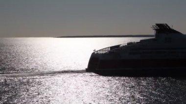 Popa del buque de carga grande con salidas de bandera sueca en el agua — Vídeo de stock