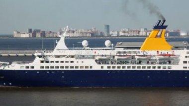 Huge passengers liner float away from port near coastal city — Vídeo Stock