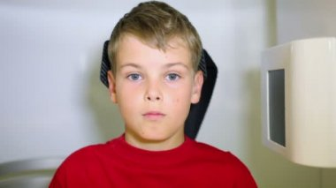 Face of boy which moves in medical diagnostic apparatus — Stock Video