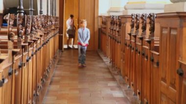 Boy walk in church and mother wait behind — Wideo stockowe