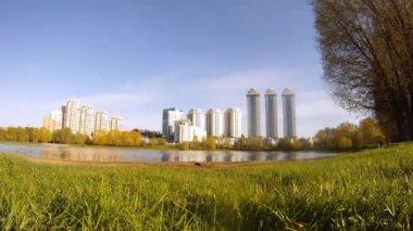 Housing estate Vorobyovy Gorystands on bank of lake at sunset — Stockvideo