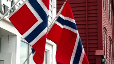 Wall of building with two flags of Norway which flutter in wind — Stock Video