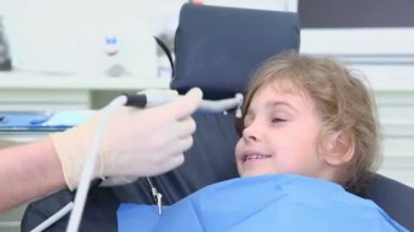 Dentist takes spit suction tool, then put them in girls mouth — Stock Video