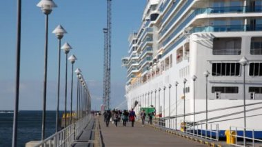 People go on mooring and come into big passenger liner in port — Stock Video
