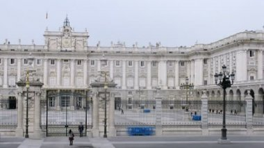 Palacio Real stands protected by fance and gate — Stock Video