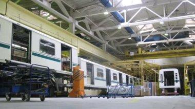новые вагоны стоят в мастерской завод метровагонмаш — Стоковое видео