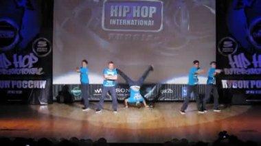 Check De Sound crew dances hip-hop on scene of palace of culture — Stock Video