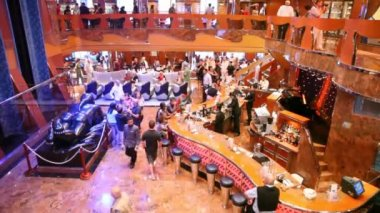 Spacious hall of Costa Luminosa with balcony, full of people — Stock Video