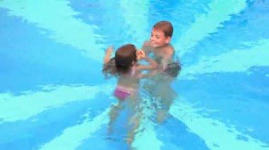 Chłopiec ma jego siostra i rzuca ją w basenie woda — Wideo stockowe