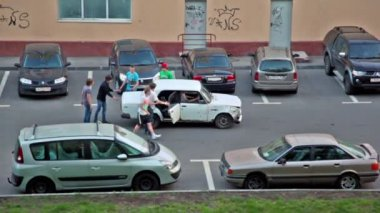Group of young boys push old car to start it — Stock Video