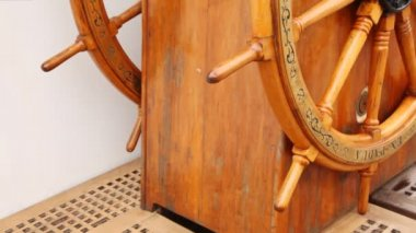 Old steering wheel from wood stands on sailing vessel deck. — Vídeo de stock