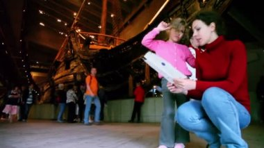 Mom and daughter read booklet in Vasa Museum — Stock Video