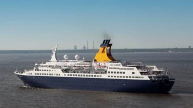 Huge passengers liner float away from port near coastline — Stock Video
