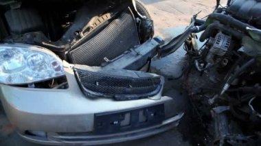 Две разбитые автомобили стоят на свалке, крупным планом смотреть в движении — Стоковое видео