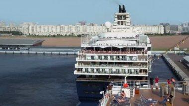 Mein Schiff cast of port at sunny summer day — Vídeo de stock