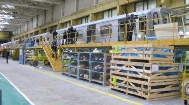 Pressmen go near new gray train at plant — Stock Video