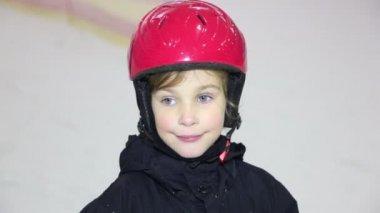 Little girl in helmet looks and smiles, mother moves on ski — Stockvideo