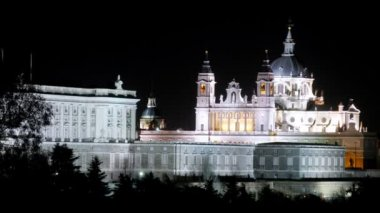 Almudena cathedral is reflected in water at night, time lapse — Stock Video