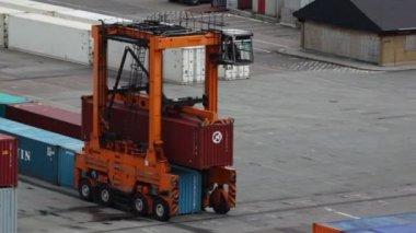 Reachstacker flyttar behållare i hamn i köpenhamn — Stockvideo